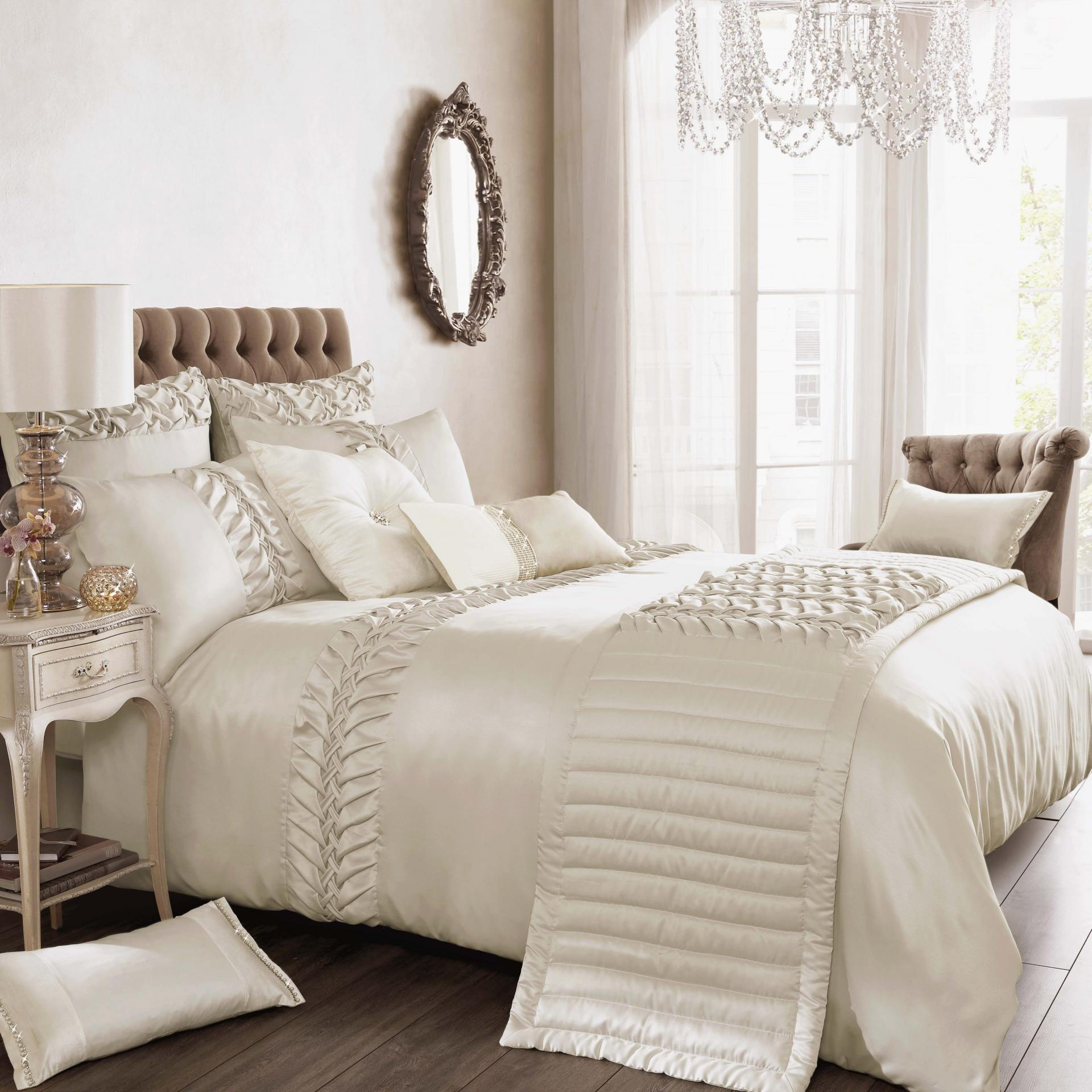 Things to keep in mind while buying luxury bedding sets - Look contemporary luxury bedding ...